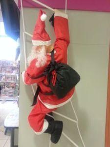 Santa, the mountaineer is   loved in Paris